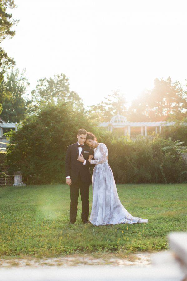 gothic-glam-fall-wedding-ideas09-600x900